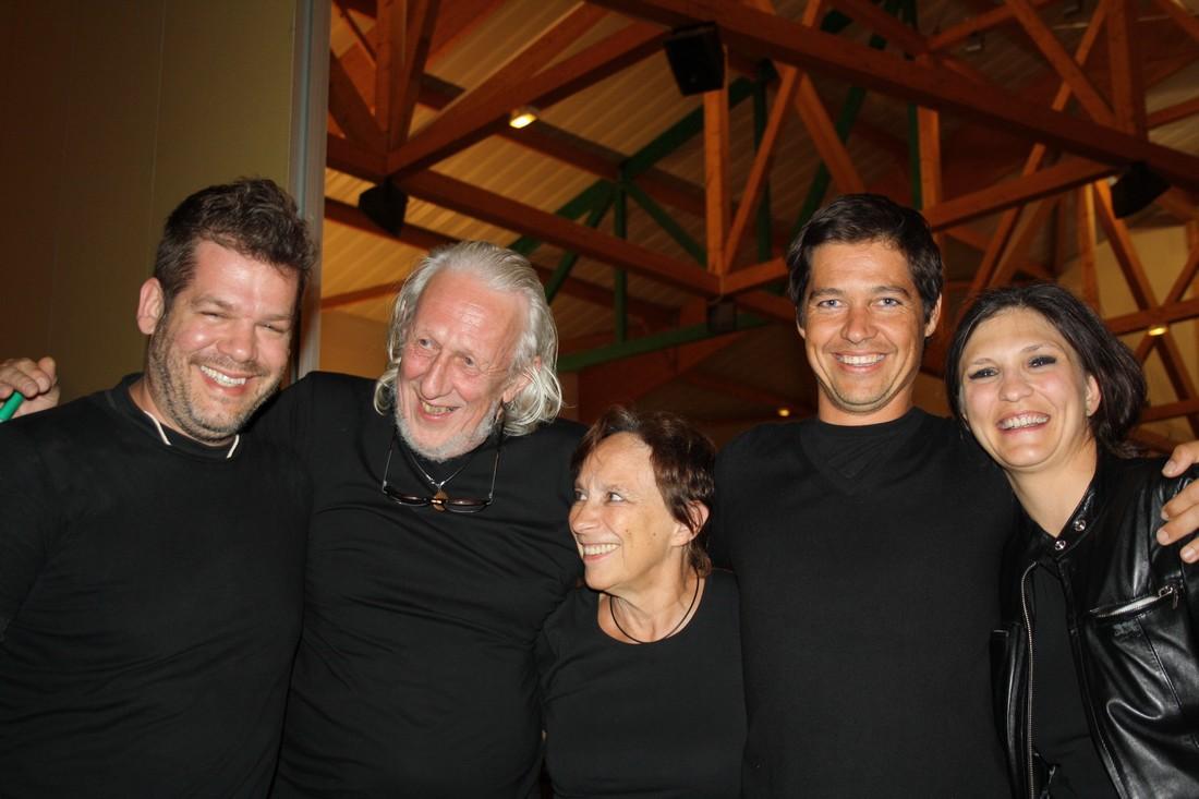 """Natacha Astuto. Auteur et comédienne. (à droite). Avec ses comédiens dans """"Le dernier train"""""""