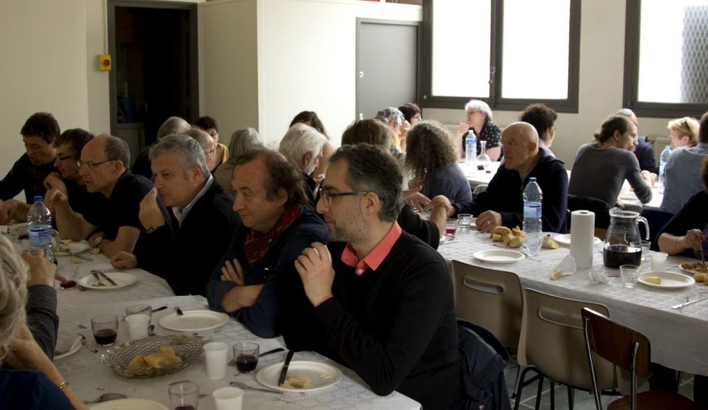 Echanges au cours du repas Photo Alexandre Donot
